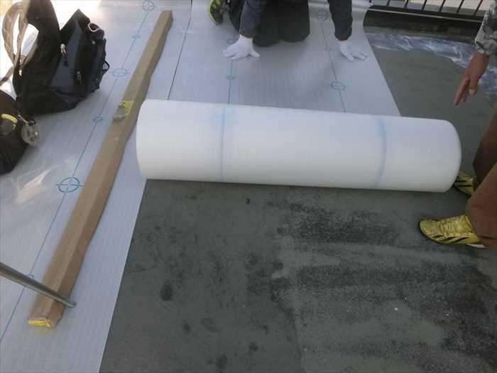 シート防水材の敷き込みまえに通気用の緩衝材を貼ります。