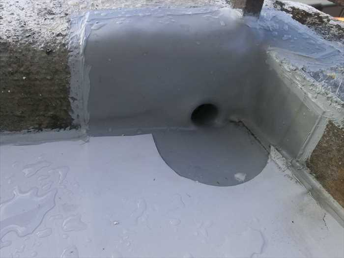 水が流れる穴(ドレン)の廻りの施工。