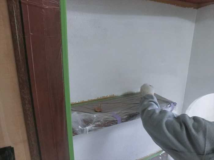 下地処理の後プライマーを塗ります。(1回目)